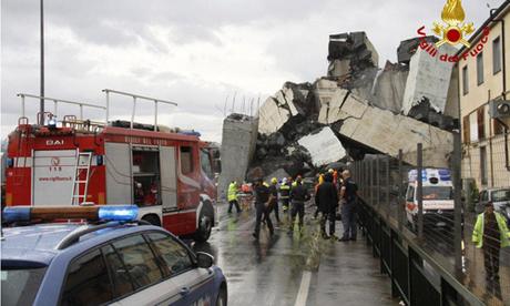 Cảnh sát và lực lượng cứu hộ tại hiện trường vụ sập cầu Morandi ở thành phố Genoa, Italy hôm nay. Ảnh: Reuters.