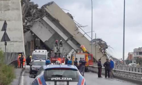 Đội cứu hộ và cảnh sát tập trung tại hiện trường sập cầu Morandi ở thành phố Genoa, Italy hôm 14/8. Ảnh: Reuters.