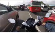Xe máy luồn lách đường cấm vì bị ôtô lấn làn: Ai xử phạt?