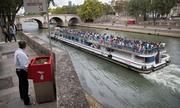 Bốt tiểu tiện ngoài trời ở Paris gây tranh cãi