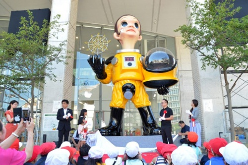 Tượng cậu bé mặc đồ bảo hộ phóng xạ gây tranh cãi ở Nhật
