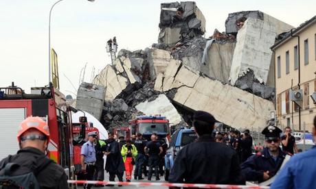 Cảnh sát và cứu hộ phong tỏa hiện trường cầu sập tại thành phố Genoa hôm 14/8. Ảnh: Reuters.