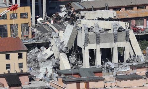 Đống đổ nát từ cây cầu Morandi ngày 15/8. Ảnh: AFP.