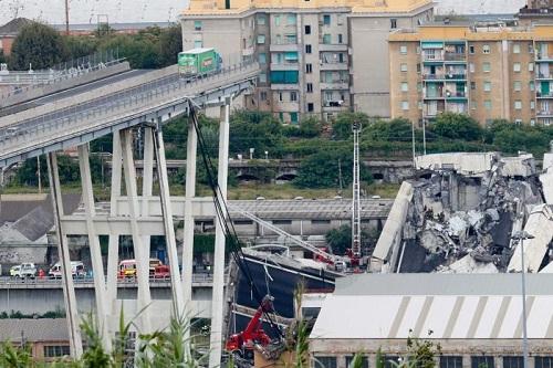 Đoạn bị sập dài khoảng 200 mét thuộc cây cầu dài một km. Ảnh: AP.