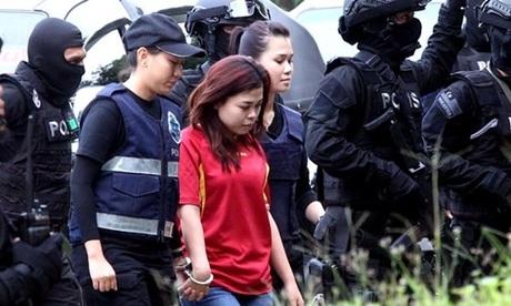 Nghi phạm Indonesia Siti Aisyah trong một lần được giải tới tòa án ở quận Sepang. Ảnh: Xinhua.