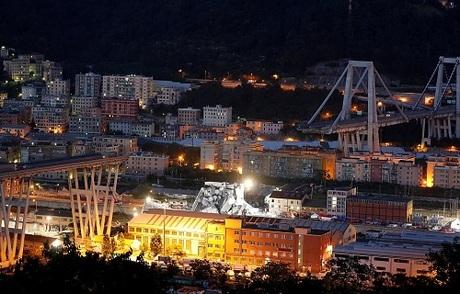 Đèn đuốc sáng trưng tại khu vực cứu hộ ở cầu Morandi lúc đêm xuống. Ảnh: Reuters.