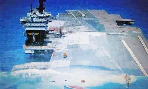 Khoảnh khắc USS America chìm xuống biển năm 2005. Ảnh: Drive.