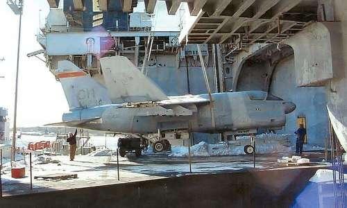Một chiếc A-7D được đưa vào khoang tàu trước cuộc thử nghiệm. Ảnh: Drive.