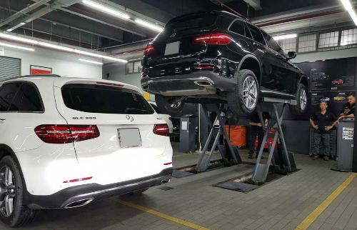 Hai mẫu GLC kiểm tra dầuvi sai tại một đại lý Mercedes ở TP HCM.
