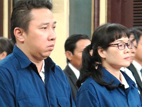 Võ Anh Tuấn (trái) và Huyền Như được triệu tập đến tòa sơ thẩm với tư cách người liên quan, làm chứng. Ảnh: Hải Duyên.