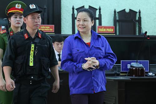 Bị cáo Vấn phản bác toàn bộ cáo buộc giết mẹ chồng. Ảnh: Phạm Dự.