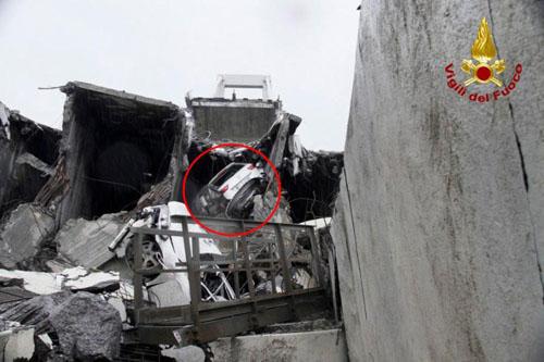 Chiếc xe của Capello bị mắc kẹt trong đống đổ nát sau vụ sập cầu hôm 14/8. Ảnh: Twitter.