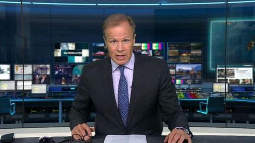 Người dẫn chương trình Tom Bradby của kênh truyền hình iTV trong bản tin tối 14/8 về vụ sập cầu ở Italy. Ảnh: Sun.