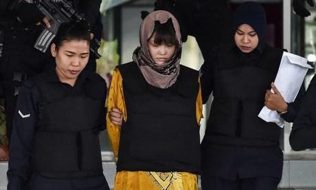 Nghi phạm Đoàn Thị Hương (giữa) được dẫn giải khỏi tòa hôm 27/6. Ảnh: AFP.