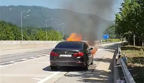 Một xe BMW cháy trong video do