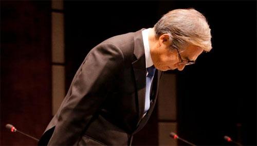 Kim Hyo-joon, người đứng đầu BMW tại Hàn Quốc, gập người xin lỗi khách hàng trong họp báo diễn ra tuần qua. Ảnh: CNN.