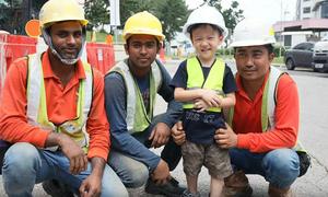 Tình bạn giữa cậu bé Singapore ba tuổi và nhóm công nhân ngoại quốc