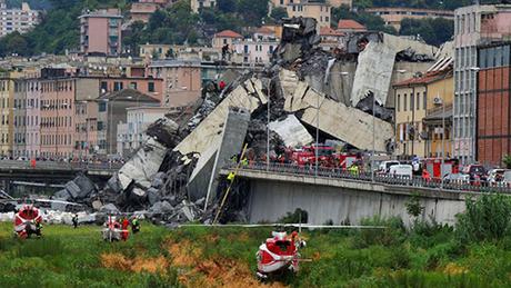 Lực lượng cứu hộ tại hiện trường cầu cao tốc Morandi bị sập ở Genoa, Italy. Ảnh: AP