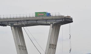 Tài xế Italy thoát chết khi cách phần cầu cao tốc bị sập 3 mét
