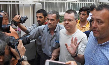 Mục sư Andrew Brunson (thứ hai từ bên phải) rời nhà tù ở Izmir, Thổ Nhĩ Kỳ hôm 25/7. Ảnh: Reuters.
