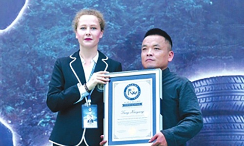 Tang Feihu được trao chứng nhận của tổ chức Kỷ lục Thế giới Guinness. Ảnh: Thepaper.cn.