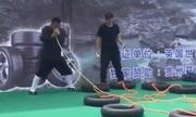 Người đàn ông Trung Quốc lập kỷ lục thế giới nhờ thổi 12 lốp xe bằng mũi