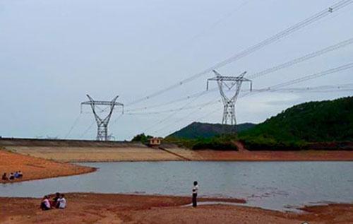 Hồ nước nơi phát hiện thi thể hai nạn nhân. Ảnh: Đ.H