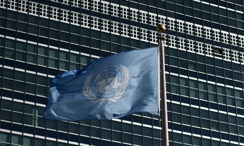Cờ Liên Hợp Quốc trước tòa nhà văn phòng của tổ chức ở Mỹ. Ảnh: Reuters.