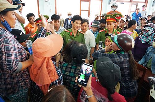 Người dân vây quanh lãnh đạo Công an tỉnh Quảng Ngãi sau kết luận của chủ tịch tỉnh. Ảnh: Phạm Linh.