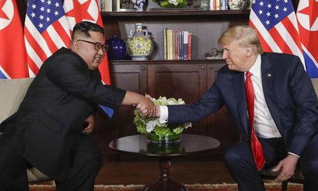 Trump (phải) bắt tay cùng Kim Jong-un trong cuộc gặp thượng đỉnh ở Singapore hồi tháng 6. Ảnh: Reuters.