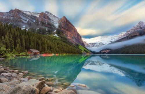 Quang cảnh hồ Louise, một địa điểm du lịch ở quốc gia lớn thứ hai thế giới. Ảnh: Authentik