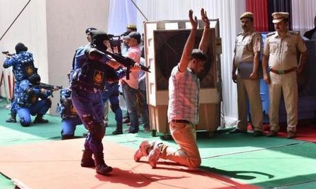 Đội SWAT nữ thể hiện khả năng bắt giữ tội phạm trong lễ ra mắt. Ảnh: CNN.