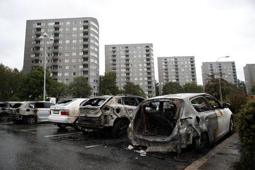 Những chiếc ôtô bị hư hại sau vụ đốt phá ở Goteborg, Thụy Điển hôm 13/8. Ảnh: Reuters.