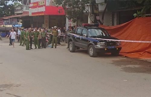 Cảnh sát phong tỏa khu vực bên ngoài ngôi nhà của ông Vụ. Ảnh: Xuân Hoa