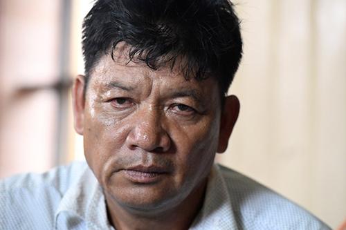 Ông Đoàn Văn Thạnh cầm các bằng cấp của Đoàn Thị Hương khi trao đổi với phóng viên hôm nay tại Nam Định. Ảnh: AFP.