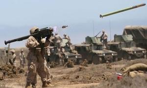 Lính Mỹ tập nhảy dù cùng tên lửa phòng không vác vai