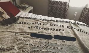 Cô gái Mỹ được mẹ tặng tấm chăn in hình bằng tốt nghiệp