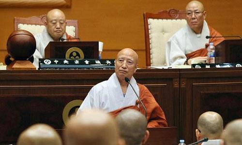 Nhà sư Seoljeong (giữa), lãnh đạo tông Tào Khê của Hàn Quốc. Ảnh: AFP.