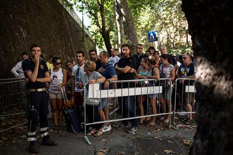 Người dân sống trong các tòa chung cư gần cầu Morandi được sơ tán. Ảnh: AFP
