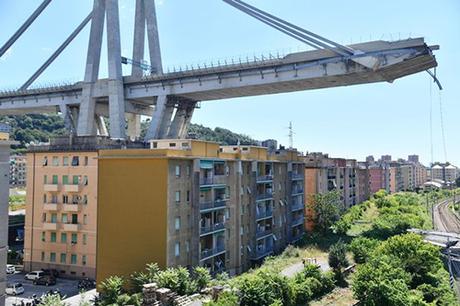 Cầu Morandi băng qua nhiều tòa chung cư cũ ở thành phố Genoa. Ảnh: Rex