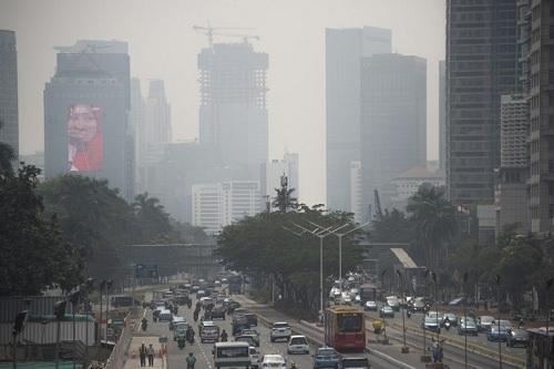 Không khí xám xịt vì ô nhiễm ở Jakarta hôm 8/8. Ảnh: AFP.