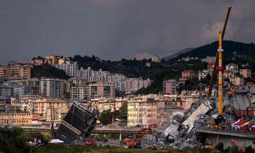 Hiện trường vụ sập cầu Morandi ở thành phố Genoa, Italy hôm 16/8, hai ngày sau khi sự cố xảy ra. Ảnh: AFP.
