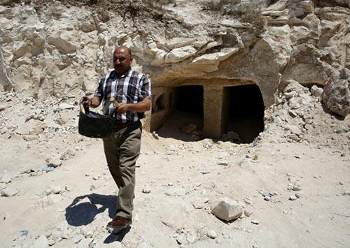 Khu mộ cổ được phát hiện bên dưới vách đá. Ảnh: AFP.