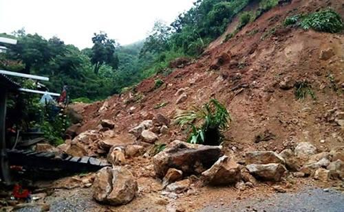 Sạt lở đất làm sập nhà dân tại huyện Quan Sơn. Ảnh: T.H.