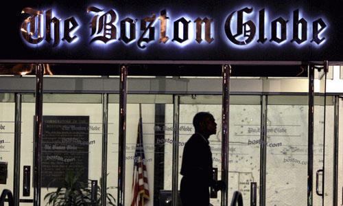 Nhân viên bảo vệ trước trụ sở tờ Boston Globe ở Boston, Massachusetts. Ảnh: AP.