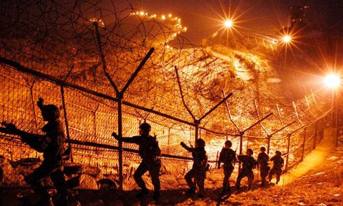 Binh sĩ Hàn Quốc tuần tra dọc hàng rào biên giới tại Khu Phi quân sự. Ảnh: AP.