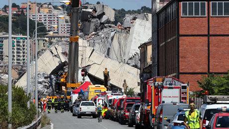 Hàng chục người được cho là vẫn đang mất tích trong đống đổ nát của cầu Morandi. Ảnh: Reuters.