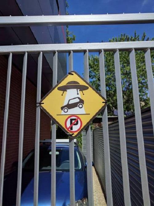 Đỗ xe ở đây sẽ bị người ngoài hành tinh tịch thu.