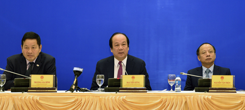 Từ trái qua: Ông Trương Gia Bình, ông Mai Tiến Dũng và ông Nguyễn Văn Thân chủ trì lễ công bố APCI 2018. Ảnh: VGP
