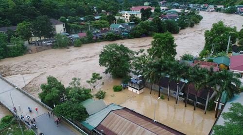 Nước lũ tràn qua thị trấn Mường Xén trưa 17/8. Ảnh:Báo Nghệ An